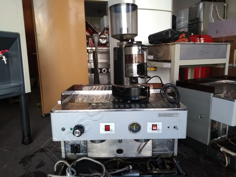 Máquina de café expresso Astória com moinho. Sem porta filtros e bandeja